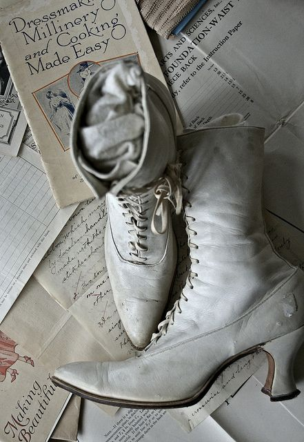 I love Elizabeth Maxson's pics (vintage boots)