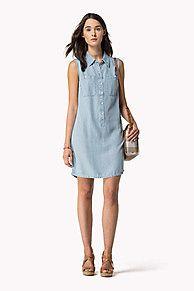Fügen Sie Ihrer Sommergarderobe mit diesem Jeans-Polo-Kleid etwas Denim hinzu. Spitzer Kragen, halbe Knopfleiste, aufgesetzte Brusttaschen zum Knöpfen. Leicht unregelmäßige, abgerundeter Saumabschluss, reicht bis Mitte des Oberschenkels. <br/><br/>Das abgebildete Model ist 1,76 m groß und trägt ein Tommy Hilfiger Kleid in Größe S.