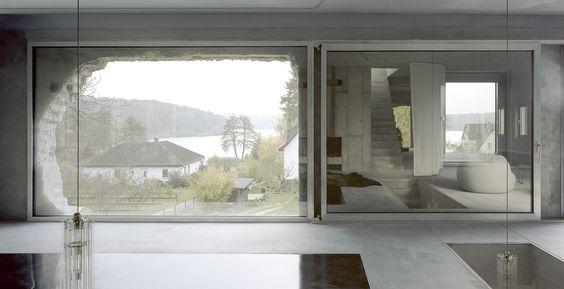 Při pobytu v interiéru a pohledu na jezero, rámované vytrhaným zdivem, ale pochopíte, jak téměř obskurně poetický výsledek neobvyklých stavebních postupů si obyvatelé domu vychutnávají.