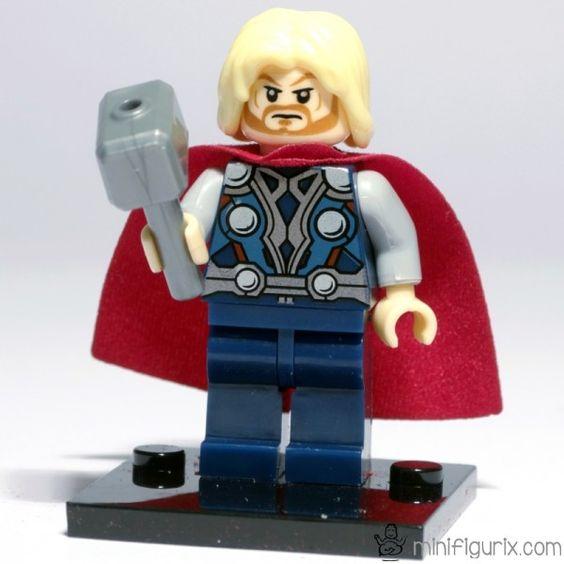 THOR The Avengers  Contenido: (1 minifigura, 1 martillo, 1 base soporte).     Thor Odinson es un principe guerrero Asgardiano, el Dios del trueno y protector de la Tierra. Thor es miembro fundador de Los Vengadores y uno de los personajes clave al tener que enfrentarse con su hermano Loki el cual continuamente pone en jaque al grupo y a la vida en la Tierra.