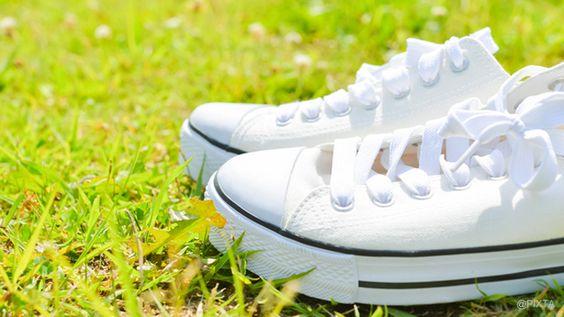 """人気のファッションアイテム""""白スニーカー""""は、おしゃれだけど、汚れるのが心配ですよね。そこで、汚れや黄ばみがついてしまった白スニーカーをきれいにするお手入れ方法、汚れ防止方法をご紹介しましょう! 重曹や酢など身近なもので実践できますよ。"""