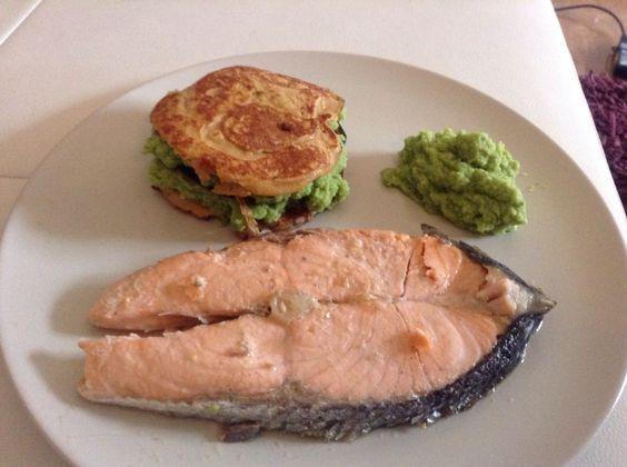 """Jantar super saudável: Salmão grelhado Puré de brócolos """"Panquecas"""" de batata doce"""