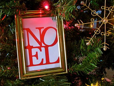 Noel Printable. I'm hooked on free printables; they dress up any frame for any occasion.