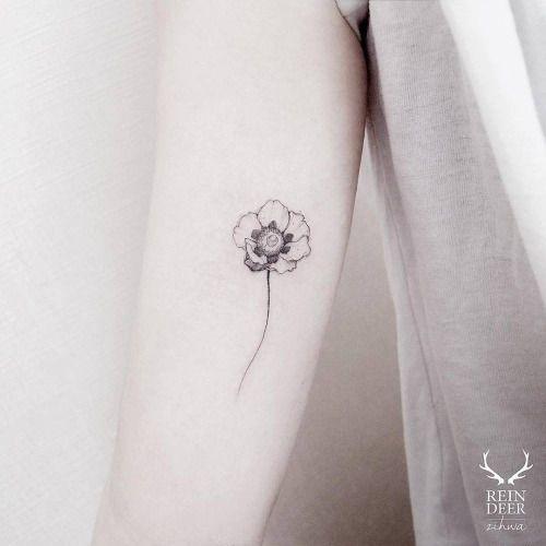 Tatuaje de una amapola en el interior del brazo derecho. Artista...
