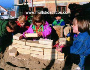 Bloques constructivos en madera maciza con cantos redondeados y superficie pulida. Para el desarrollo de la imaginación. #Juguetes #Madera #Infantil http://www.multididacticos.com