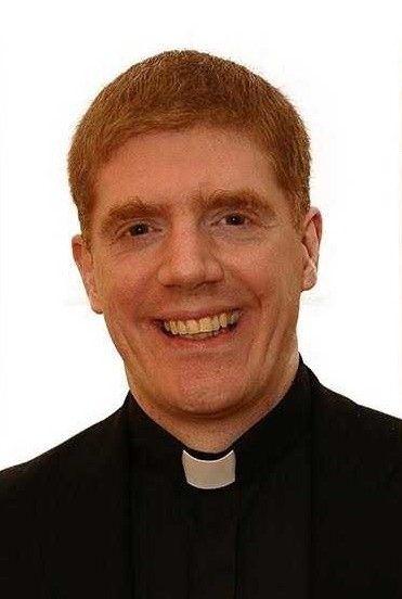 Un sacerdote de Irlanda del Norte, que predica la homofobia, habría estado enviando fotografías desnudo, a través de Grindr, a un estudiante de la escuela en la que es capellán.