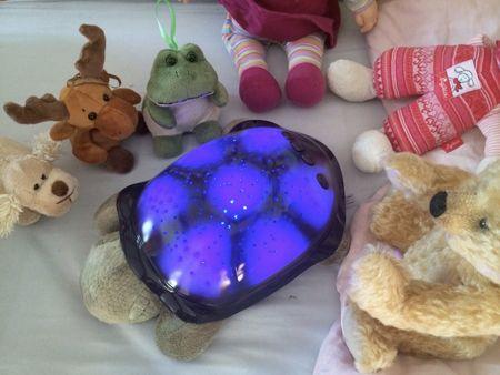 La luce notturna per la cameretta di BCLoud illumina la stanza con tre colori e varie costellazioni. Luce notturna a forma di tartaruga: la mia prova.