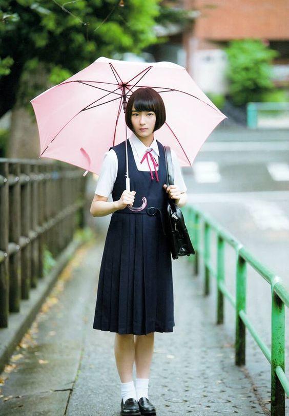 傘を持った鈴木絢音