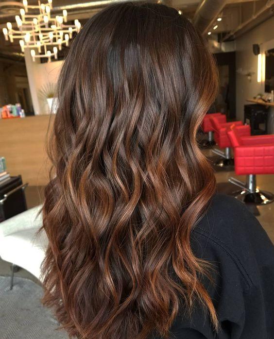 cabelos com luzes mel escuro