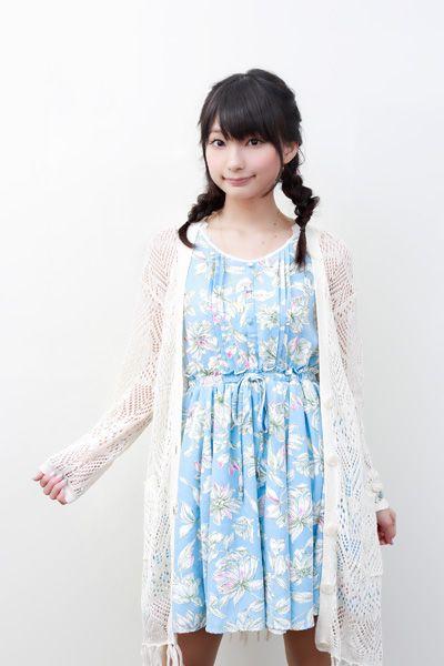 花柄のワンピースの高野麻里佳さん