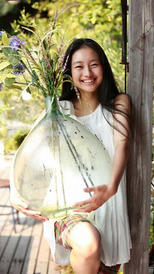 大きな花瓶を持つ忽那汐里