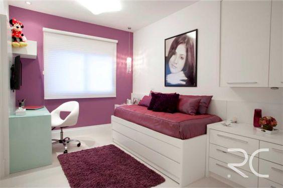 Quando o mobiliário é na cor branca, qualquer cor fica adequada. O contraste deste ambiente fica por conta dos detalhes em tons de uva. #rc #altopadrao #marcenaria