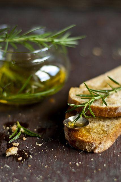Tostadas con aceite de oliva y romero: