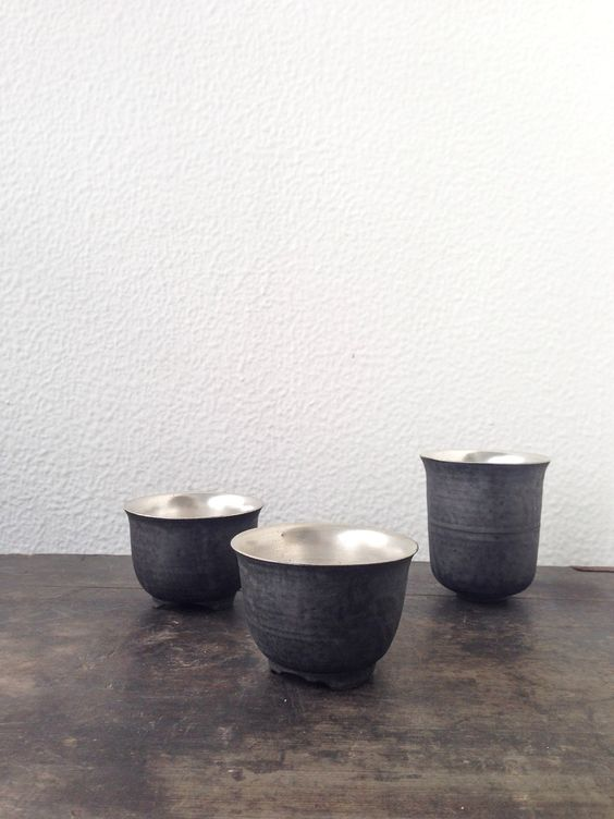 Tea cups by Tatsuya Hattori, from his exhibition at Note Utsuwa.  服部竜也さんのカップ、展示中、うつわノートギャラリー。