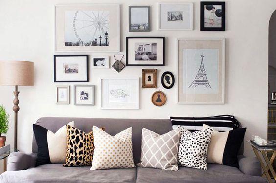 Vous les connaissez, ces livings sur les blogs d'intérieur et dans les magazines de décoration avec un mur couvert de photos, de cartes postales, de portraits, de miroirs etc. Si les cadres semblent accrochés pêle-mêle, l'ensemble forme tout de même un ensemble stylé.