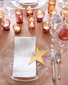 Feestelijke manier om de tafel te dekken met kaarsjes en een leuke ster om je servet. Hierop kun je ook de tafelschikking aangeven.