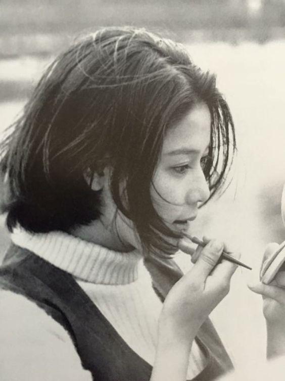 口紅を塗っているハイネックのニットを着たひし美ゆり子の画像
