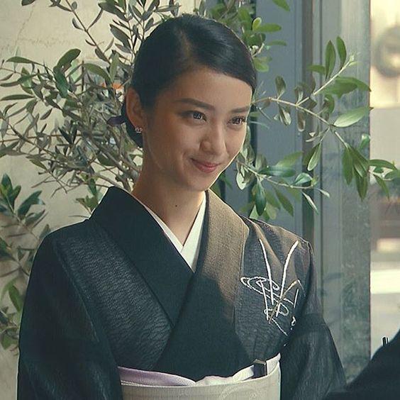 黒のシックな着物を身にまとう武井咲