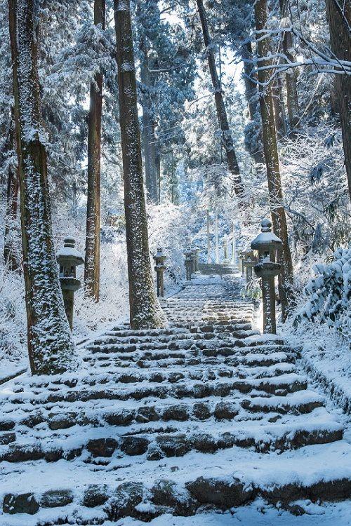 Escalier enneigé à Kyoto Japon