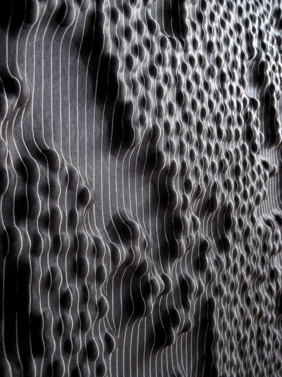 Rowan Mersh, 2012, textile de manière sculpturale, tissu stretch, mplexe, son univers géométrique joue avec la lumière et les volumes