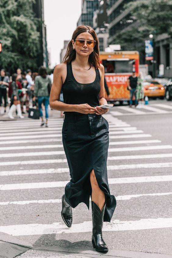 'Cowgirl' de ciudad 33 de 62 Parece sencillo por tratarse de un total look negro, pero el conjunto de Christine Centenera encierra revelaciones tan importantes como que sí, llevar botas de cowboy en 2017 es posible (y resulta así de bien).