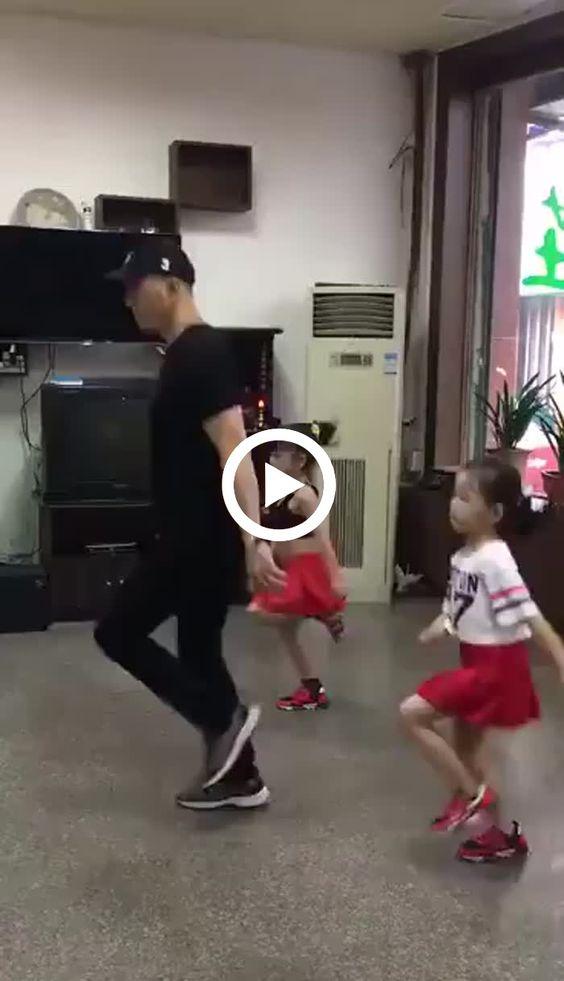 Elas dançam melhor que um adulto.