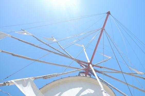 撮影:部員番号11番ヨウ  矢印をさがしていて、ただ矢印を撮るのもな。と思っていたら、旅先でみつけました。下から見上げたら矢印に見えたので。四国。小豆島の風車です。