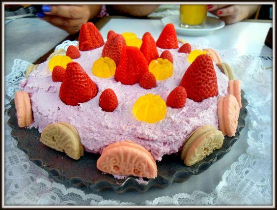 Ana Cristina fez este bolo de SABONETE para as aniversariantes. Bolo perfeito, lindo, cheiroso. Coisa linda de se ver. Sopa cake!