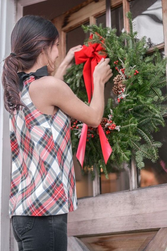 These 30+ elegant Christmas wreaths last forever and are easily ordered online! I love rustic Christmas wreaths, but they always need to have a touch of elegance. Check out these gorgeous Christmas wreaths for the holiday season! #christmaswreaths #elegantchristmaswreaths #rusticchristmaswreaths