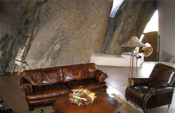 Biệt thự độc đáo nằm trong hang đá