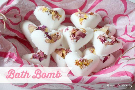 Bombe de bain effervescente à la rose  http://autourdudressing.com/diy-fete-des-meres-bombe-de-bain-a-la-rose/
