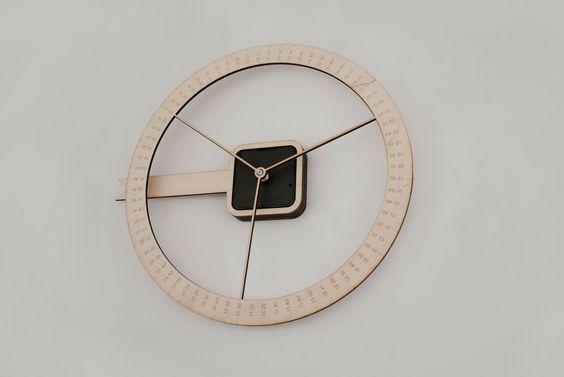 Diese Wanduhr besitzt im Gegensatz zu herkömmlichen Uhren nur einen Zeiger und dieser steht still und fungiert als Pfeil. Es bewegt sich hingegen das Ziffernblatt.