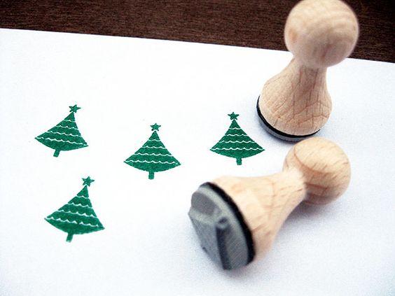 Ein süßer Stempel um tolle DIY Projekt zu gestalten. Ob Karten, Geschenkanhänger, Einladungen uvm deiner Fantasie sind keine Grenzen gesetzt. Den Stempel Tannenbaum gibt es bei www.party-princess.de. Man kann den Stempel perfekt für die Weihnachtspapeterie verwenden.