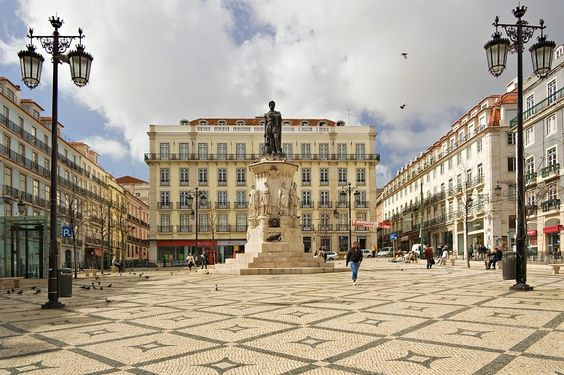 Praça Luís de Camões - Lisboa Praça Luís de Camões ou Largo de Camões, localiza-se no Bairro Alto, na freguesia da Misericórdia (até 2013 na freguesia da Encarnação), em Lisboa.