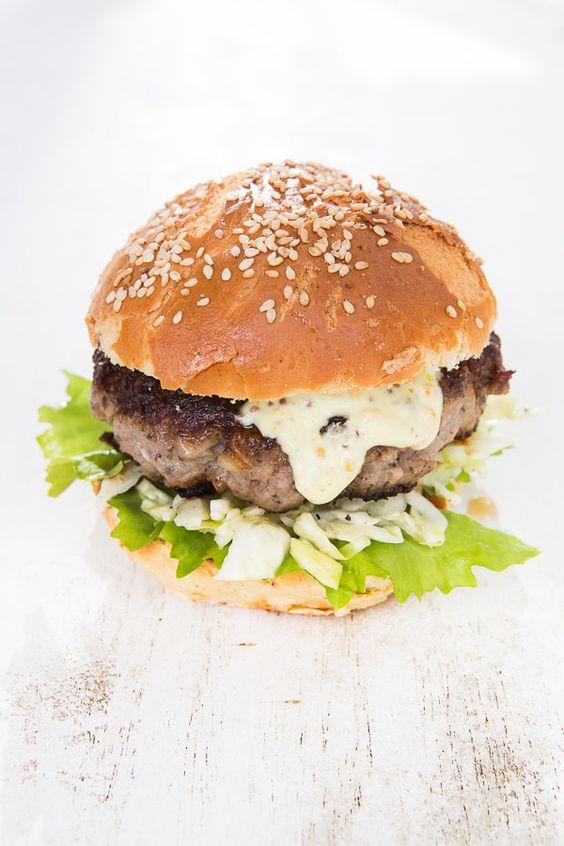 Leckerer Burger aus dem Brät von Thüringer Rostbratwürsten, mit Senf-Mayonnaise und Spitzkohl. Dazu Brioche Burger Buns.