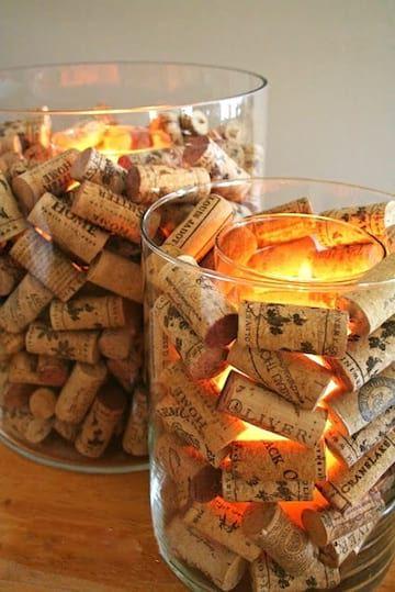 Des lampes aux couleurs chaudes entourées de bouchons de vin en liège