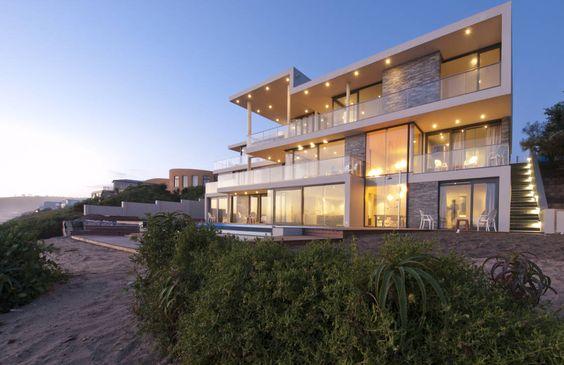 Heute nehmen wir euch mit auf eine Reise an die Südküste Südafrikas, wo unsere Experten eine beeindruckende Luxusvilla errichtet haben.