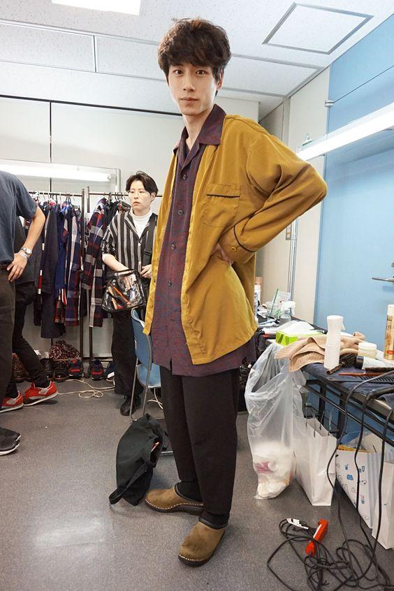 マスタード×ジャケットコーデの坂口健太郎のファッション