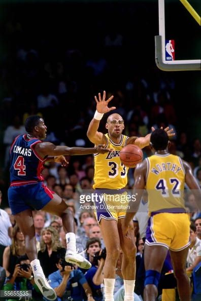 Fotografia de notícias : Kareem Abdul-Jabbar of the Los Angeles Lakers...