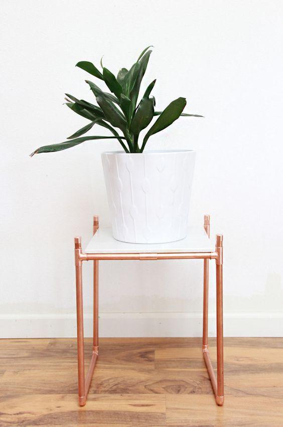 Posez un carreau de marbre sur un support en tuyaux de cuivre pour vos plantes. | 33 astuces bricolage qui vont sublimer votre appartement