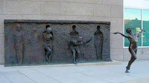 Resultado de imagen para escultura mujer saliendo de la pared