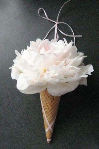 Bouquet de mariée lavande, Monceau Fleurs. Prix : 90 € @ Groupe Monceau Fleurs3 types de forfaits disponibles : forfait Happy Love 60 €...
