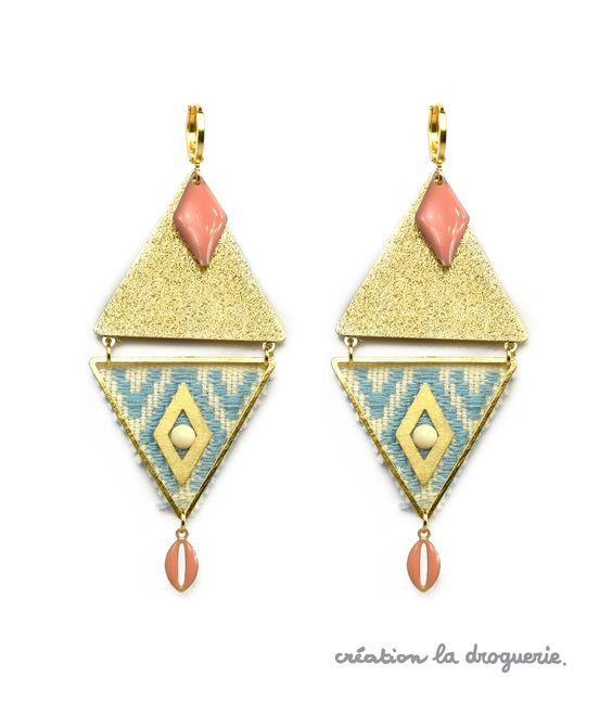 Pour réaliser ces B.O. aux motifs géométriques, je découpe un morceau de ruban, je colle et j'assemble des perles. #ladroguerie #bijou: