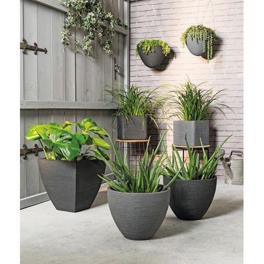 Vos Plus Plantes Auront Fiere Allure Dans Ces Pots A Effet Striee Avec Leur Texture Rappelant La Roche Volcanique Ce Deco Exterieure Salon De Jardin Jardins
