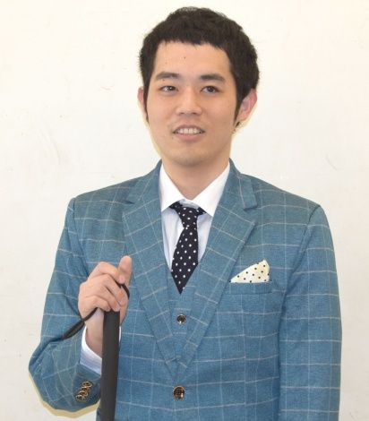 青いスーツの濱田祐太郎さん
