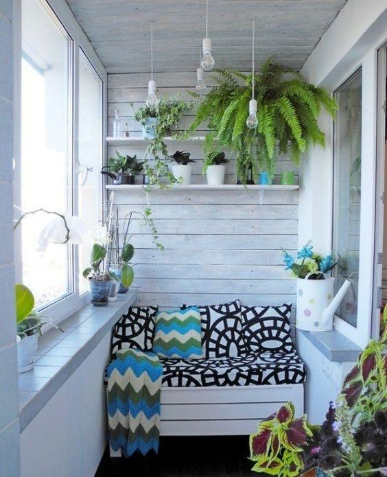 Балкон с растениями и правильно подобранным интерьером станет главной достопримечательностью квартиры.
