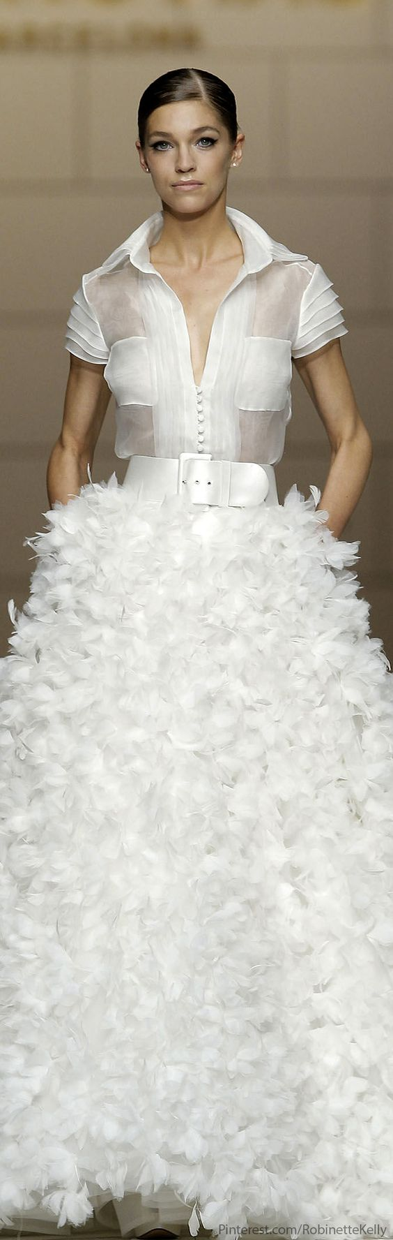 Pronovias Bridal 2015- la combinación de falda y blusa me gusta, pero tienes q lucirlo con un aire mucho más femenino q la modelo.