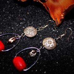 """Modèle Unique """"AZLIE"""" / Création Bijoux par Stee  Boucle d'Oreille perle aux motifs aztèques en métal argenté vieilli perle de pierre et perle en os gravé  ***COLLECTION 2014***  >Perle motifs aztèques en métal argenté vieilli >Perle naturelle en Os gravé motifs ethniques >Perle de Pierre - Turquoise de synthèse >Longueur 7 cm (dont crochet) >Apprêt et crochet argenté"""