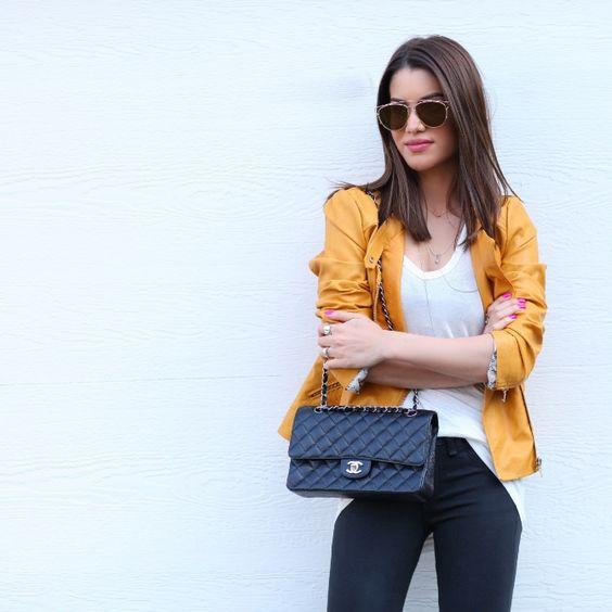 jeans preto, camiseta branca podrinha e, pra dar uma alegrada, uma jaqueta mostarda: