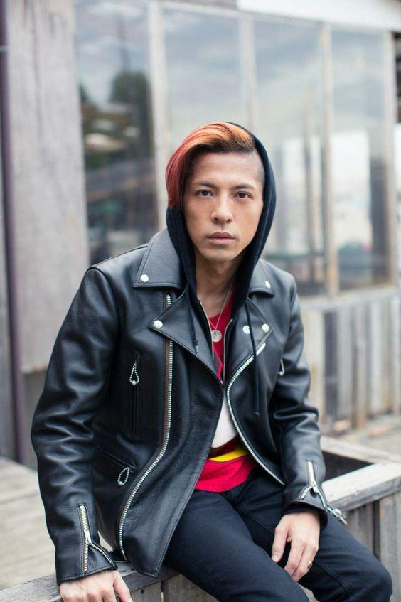 黒いライダースジャケットを着て座っている【Dragon Ash】降谷建志の画像